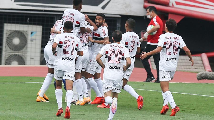 Jogadores do São Paulo FC comemoram gol da vitória sobre o Sport em partida válida pela 24a rodada do Brasileirão 2020 -  Alexandre Schneider/Getty Images