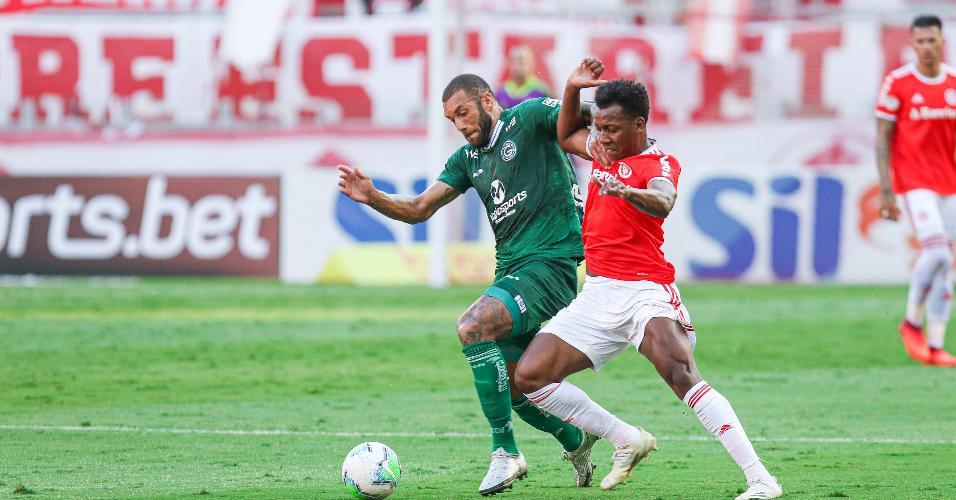 Jogadores de Internacional e Goiás disputam a bola em partida no Beira Rio