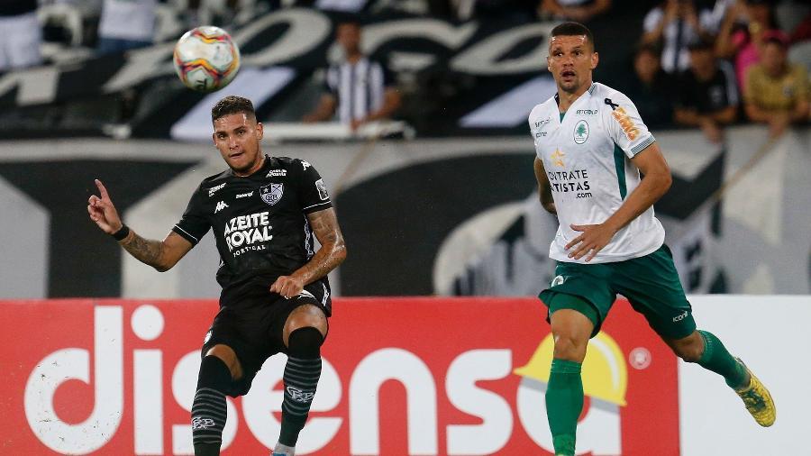 Rafael Navarro lança a bola em duelo entre Botafogo e Boavista, pelo Carioca de 2020 - Vitor Silva/Botafogo