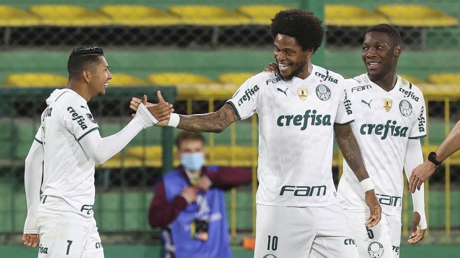 Rony comemora com Luiz Adriano seu gol em Defensa y Justicia x Palmeiras, pela Libertadores - Cesar Greco