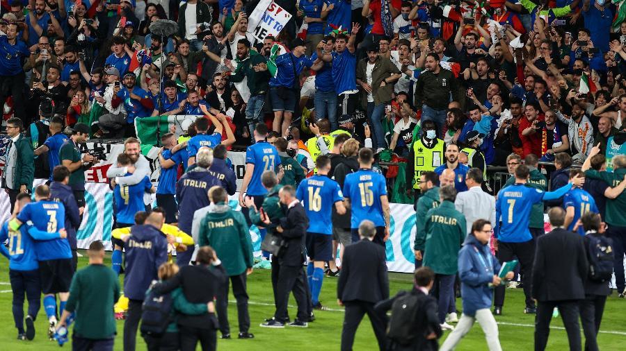 Jogadores da Itália comemoram com torcida o título da Eurocopa sobre a Inglaterra, em Wembley - Christian Charisius/picture alliance via Getty Images