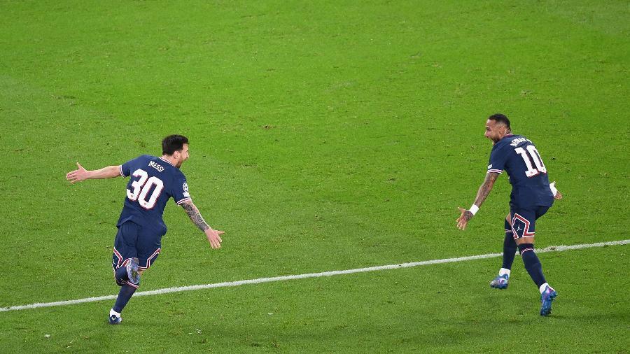 Lionel Messi comemora com Neymar gol do PSG sobre o City  - Alain JOCARD / AFP