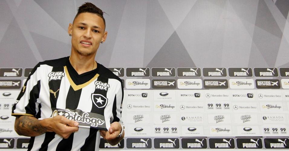 Neilton foi apresentado oficialmente pelo Botafogo nesta segunda-feira (2)