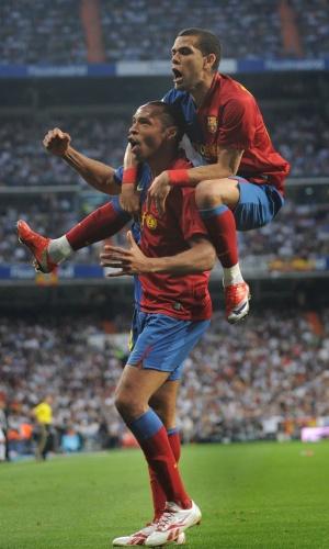 Daniel Alves com Henry, na sua primeira temporada com a camisa do Barcelona