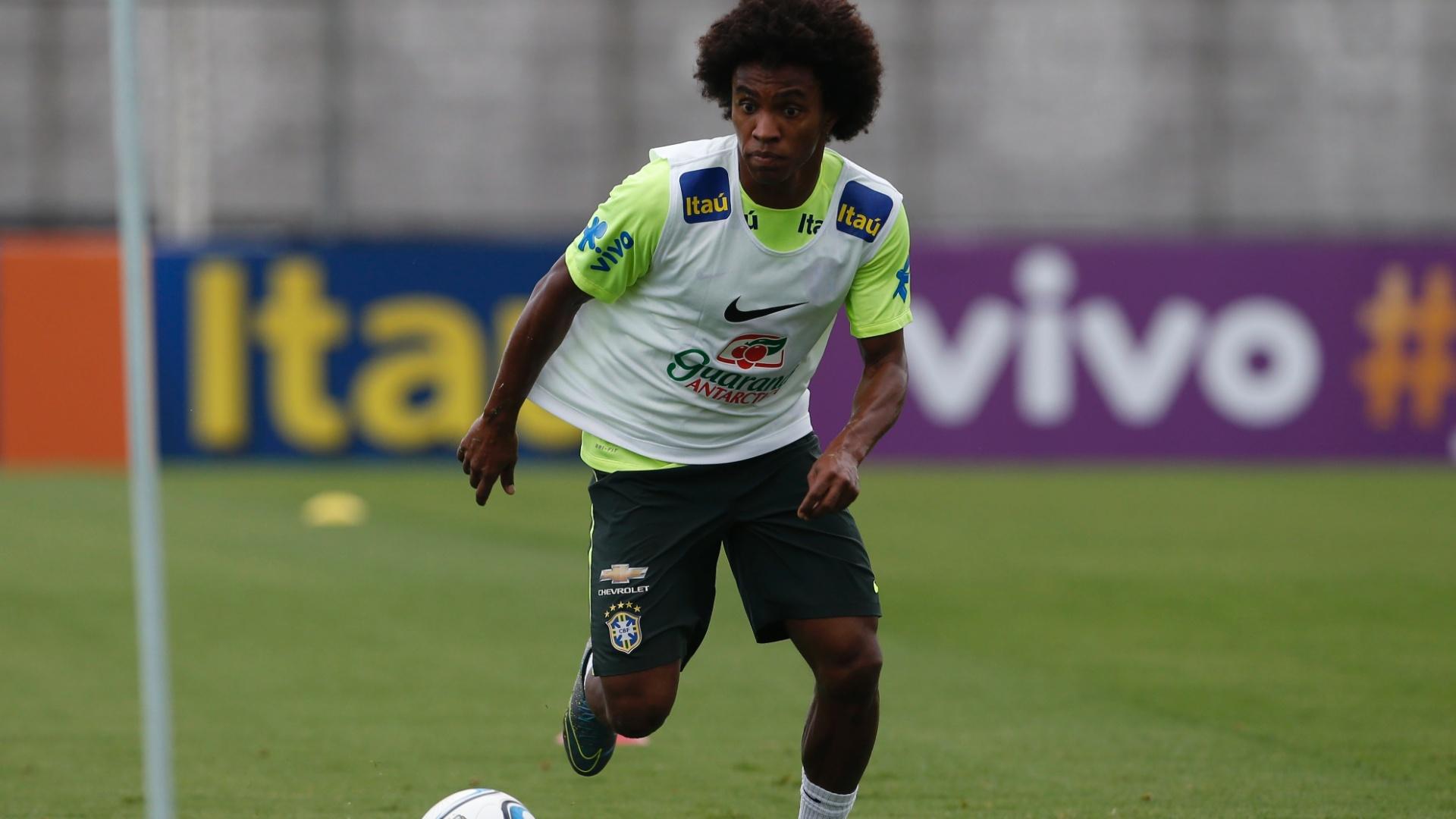 Willian participou normalmente das atividades da seleção brasileira no CT do Corinthians