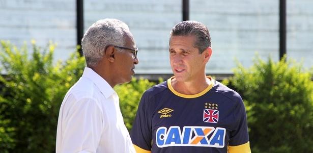 Gerente de futebol Isaías Tinoco e Jorginho conversam durante treino do Vasco