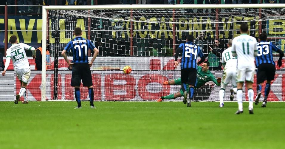10.jan.2016 - Domenico Berardi cobra pênalti e define a vitória por 1 a 0 do Sassuolo sobre a Internazionale pelo Campeonato Italiano