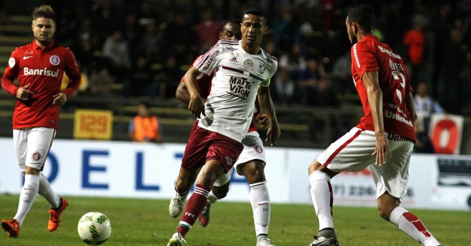 Cícero carrega a bola para o Fluminense contra o Internacional na partida das equipes pela Florida Cup