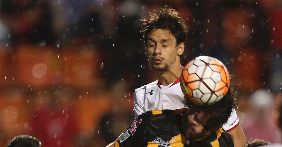 Rodrigo Caio sobe na disputa de bola no jogo do São Paulo contra o The Strongest na Copa Libertadores