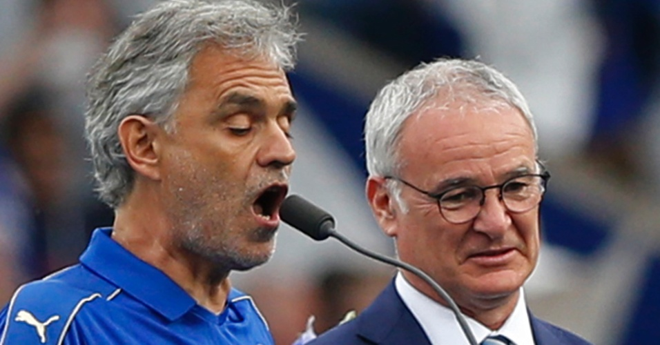 Andrea Bocelli canta antes do jogo entre Leicester e Everton, ao lado de Claudio Ranieri