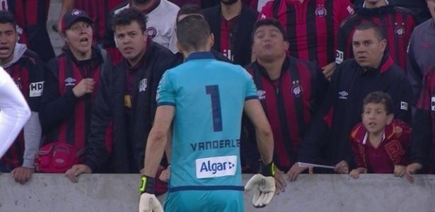 Torcedor do Atlético-PR tenta cuspir em Vanderlei, goleiro do Santos - Reprodução/Premiere