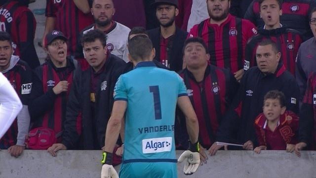 Torcedor do Atlético-PR tenta cuspir em Vanderlei, goleiro do Santos