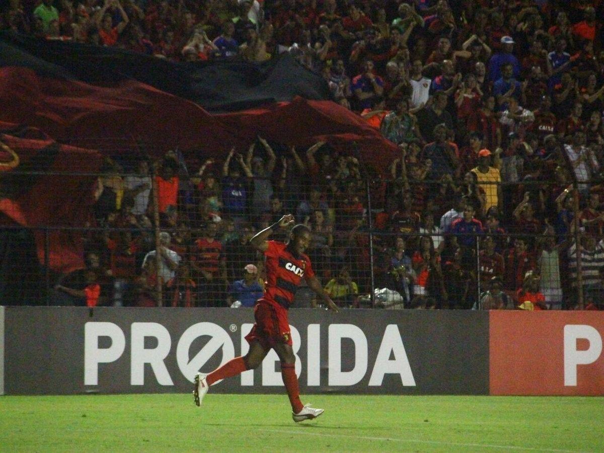 Edmílson comemora gol do Sport diante do Atlético-PR