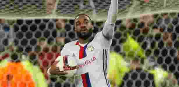 Alexandre Lacazette comemora gol marcado pelo Lyon diante do Ajax - Emmanuel Foudrot/Reuters
