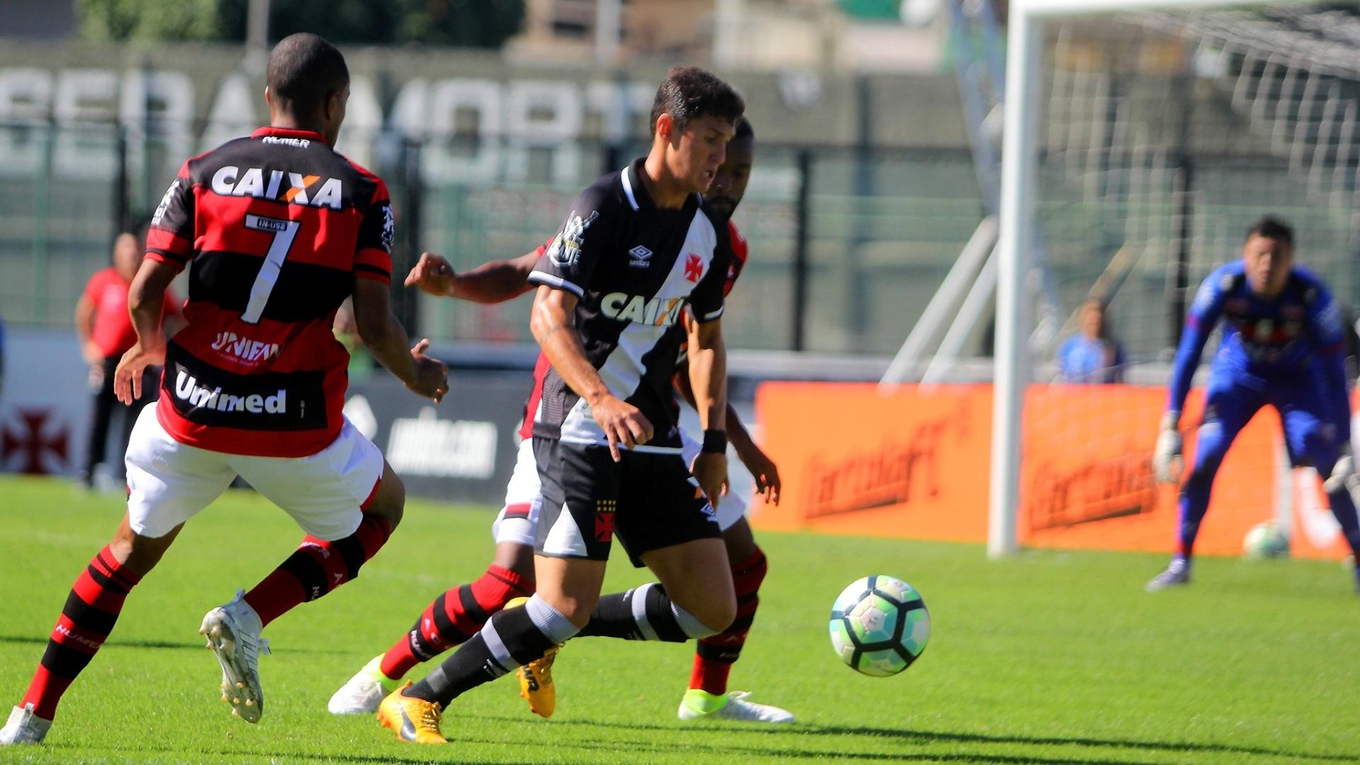 Mateus Vital tenta uma jogada para o Vasco contra o Atlético-GO