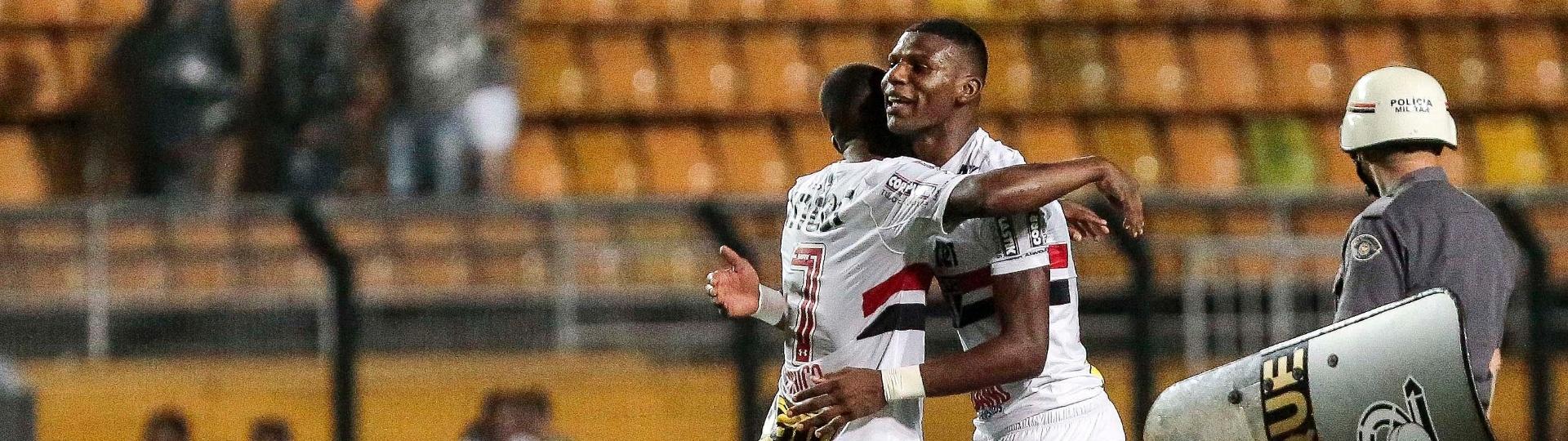 Maicosuel abraça Arboleda após vitória do São Paulo sobre o Atlético-PR