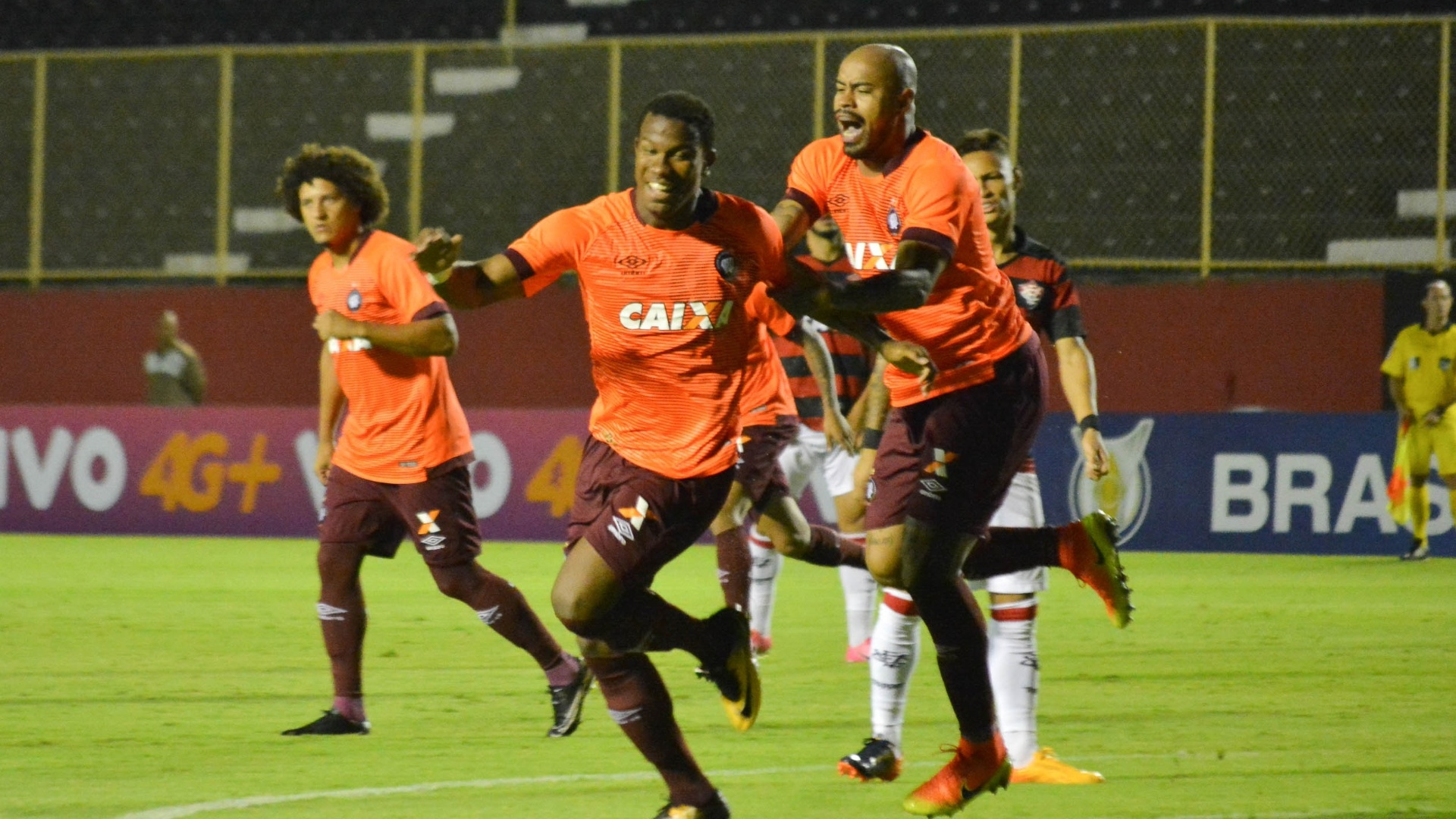 Ribamar comemora gol do Atlético-PR contra o Vitória