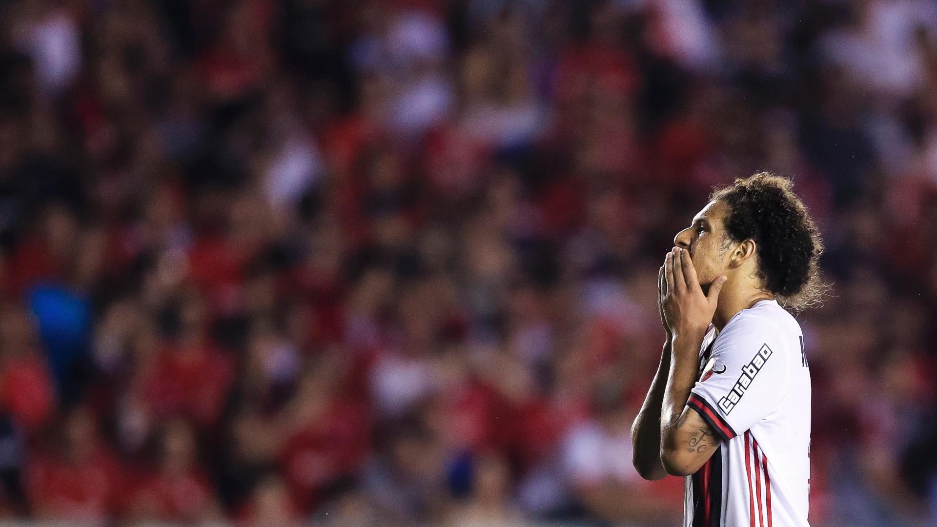 Willian Arão, meia do Flamengo, lamenta no jogo de ida contra o Independiente, pela Copa Sul-Americana