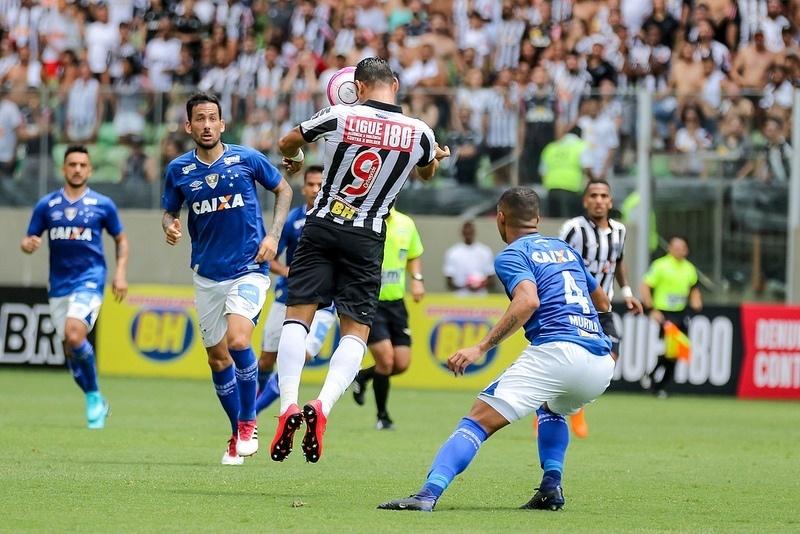 Atlético-MG vence Cruzeiro com dois de R. Oliveira e abre vantagem em final  - 01 04 2018 - UOL Esporte 12d5dbc764583