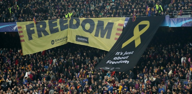 Torcedores do Barcelona pedem a independência da Catalunha no jogo contra o Chelsea