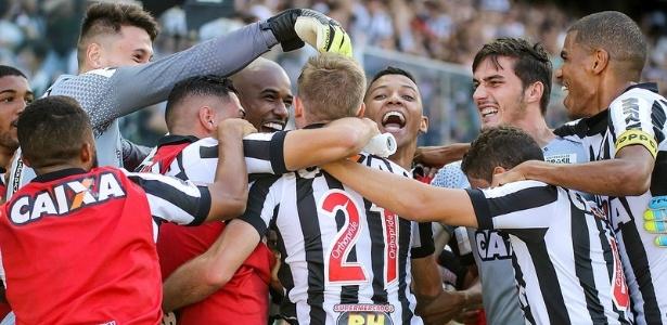 Atleticanos comemoram gol na primeira final do Mineiro; clube quer ingresso mais barato