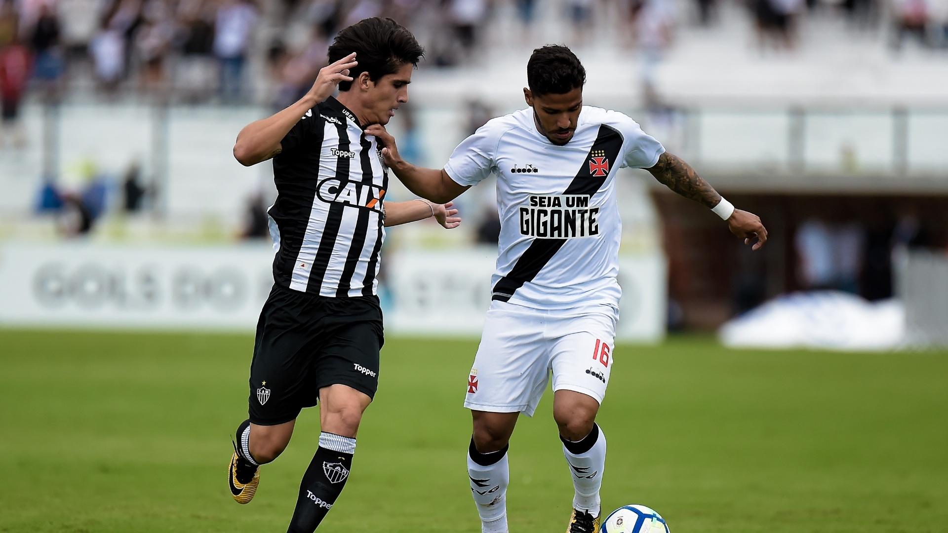 Henrique, do Vasco, tenta passar pela marcação de Gustavo Blanco, do Atlético-MG