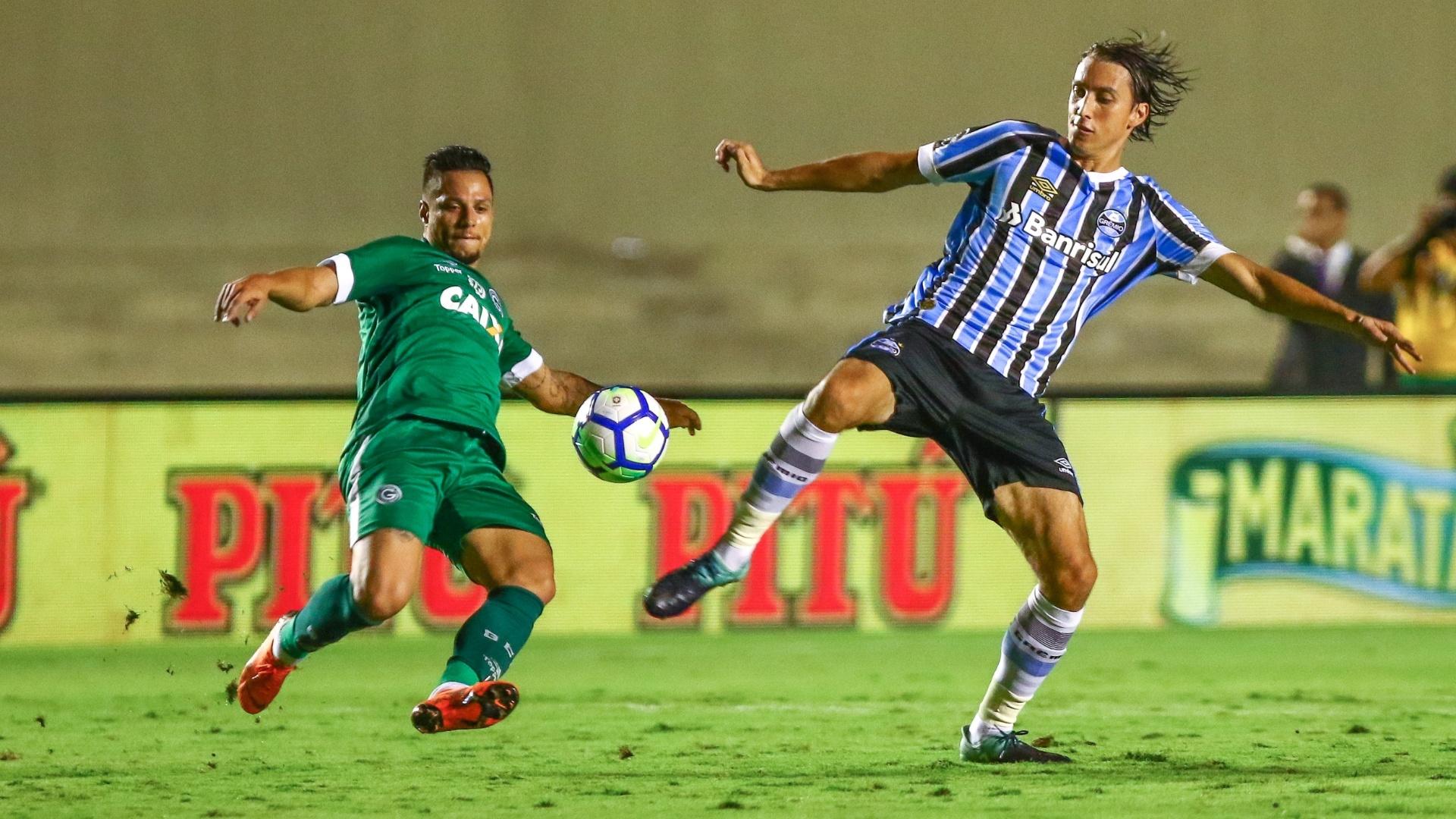 O zagueiro Geromel em lance da partida entre Goiás e Grêmio, pela Copa do Brasil