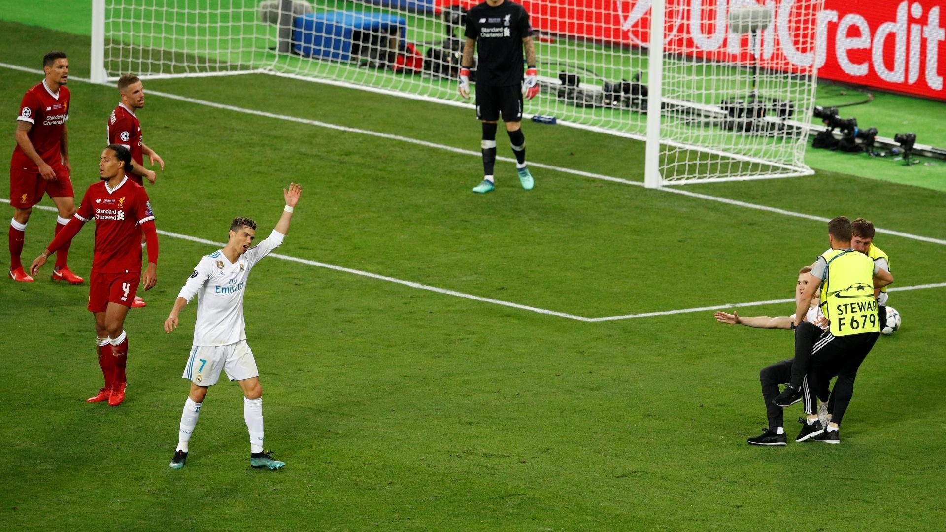 Cristiano Ronaldo fica bravo após invasão de campo