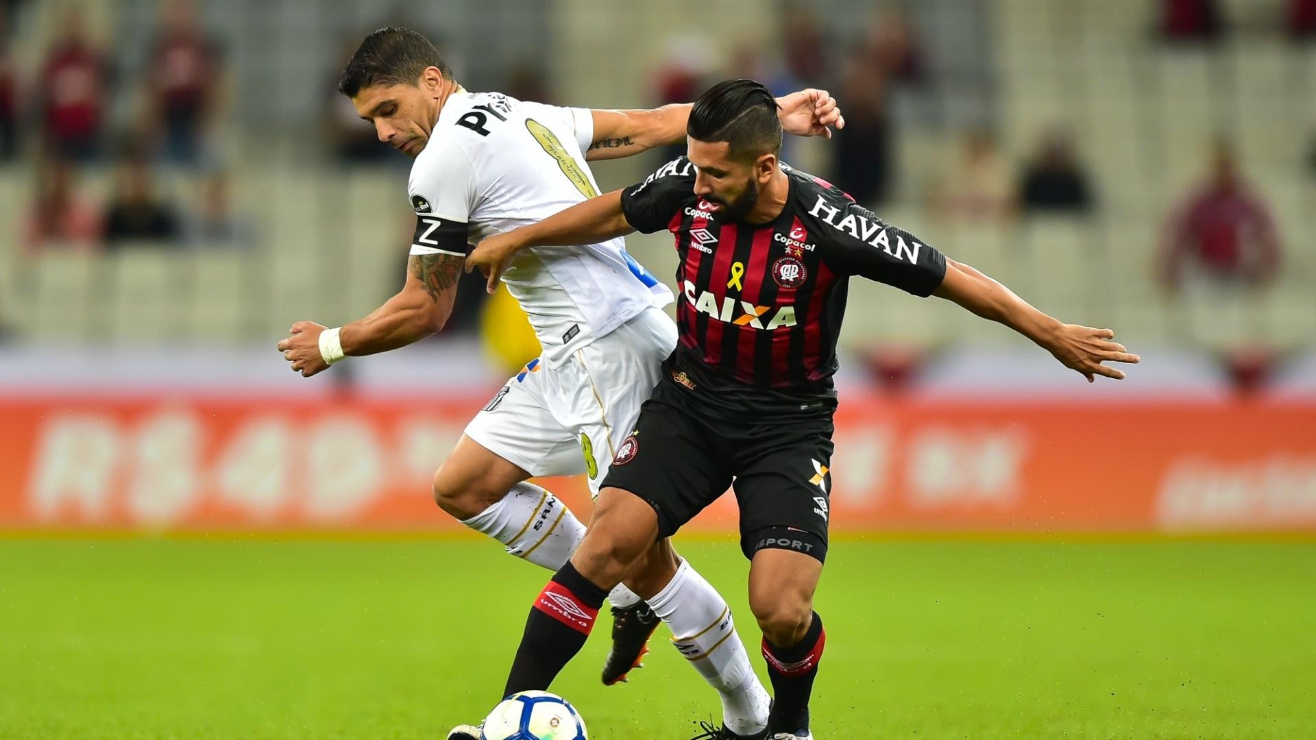 Renato e Guilherme disputam bola em Atlético-PR x Santos pelo Campeonato Brasileiro