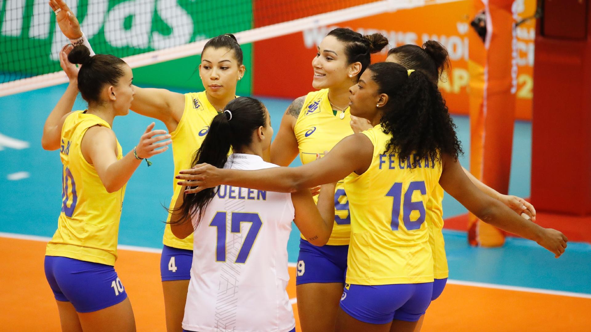 Jogadoras da seleção brasileira comemoram ponto conquistado contra o Cazaquistão
