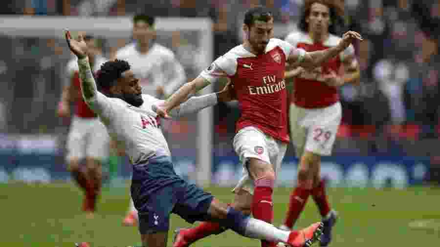 Mkhitaryan, do Arsenal, disputa a bola com Rose, do Tottenham - Daniel Leal-Olivas/AFP