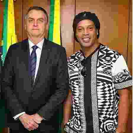 Ronaldinho posa para foto ao lado de Jair Bolsonaro  - Reprodução