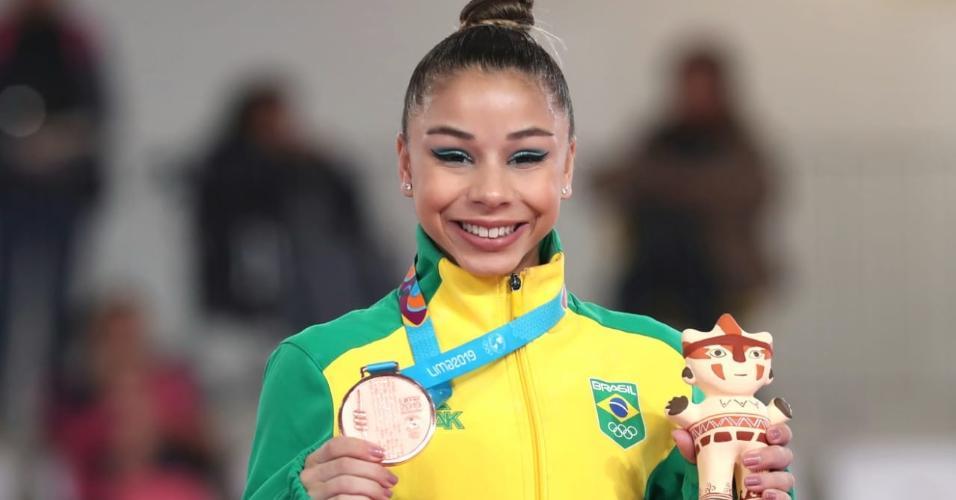 Flávia Saraiva com a medalha de bronze da prova individual de solo no Pan de Lima