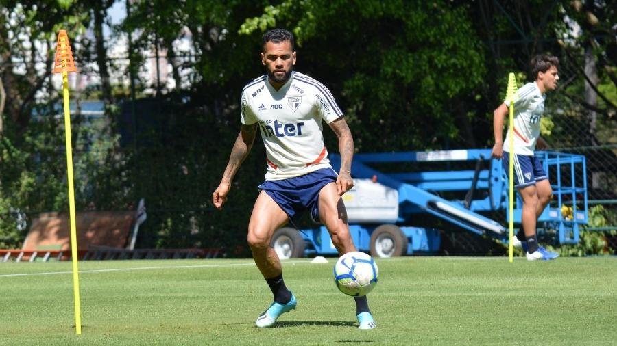 Daniel Alves domina a bola durante treinamento do São Paulo no CT da Barra Funda -  Érico Leonan / saopaulofc.net