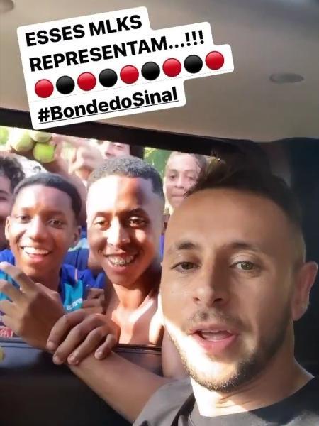 Rafinha, lateral do Flamengo, publicou vídeo sem máscara após cirurgia no rosto - Reprodução