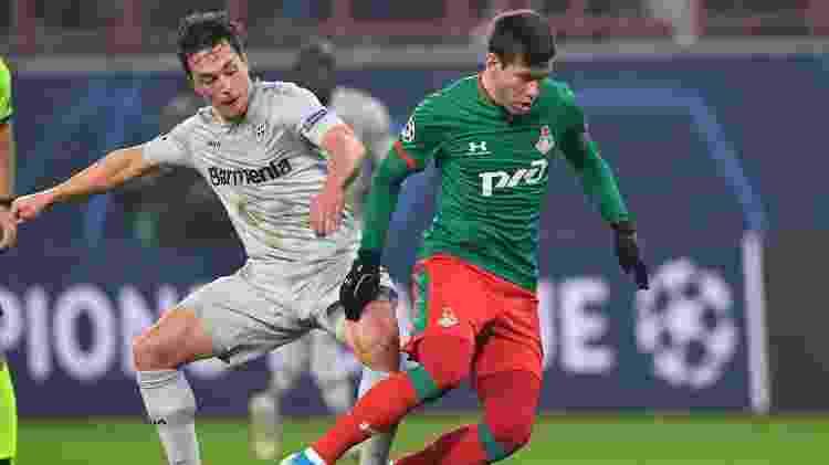 Smolov divide com Baumgartlinger, do Bayer Leverkusen, em jogo da Liga dos Campeões em novembro de 2019 - Dimitar Dilkoff/AFP