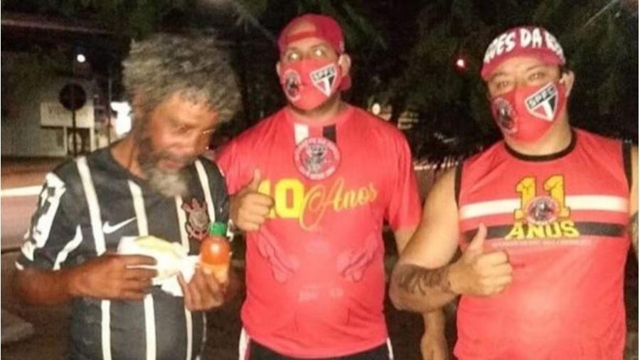 """Torcida Dragões da Real, do São Paulo, doa hotdog para corintiano em Jaú; família reconheceu """"Tiziu"""" no Instagram - Divulgação"""
