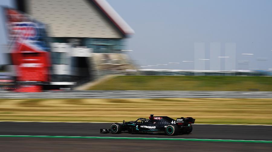 Lewis Hamilton, da Mercedes, durante o GP de Silverstone - Rudy Carezzevoli/Getty Images