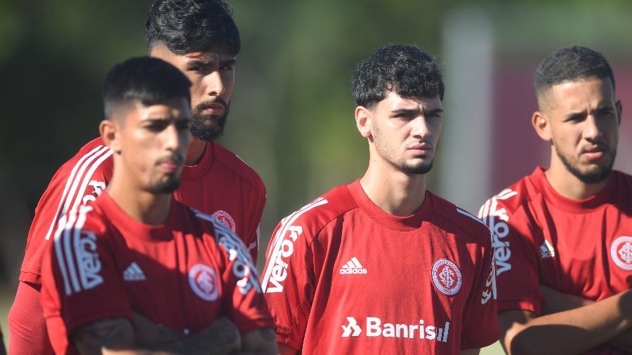 Johnny (centro) é um dos jovens do Inter que compõe elenco sub-20 no início do Gauchão - Ricardo Duarte/SC Internacional