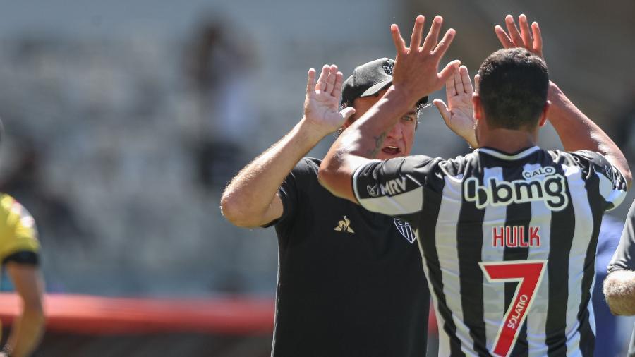 Cuca comemora com o astro Hulk um dos gols do atacante na vitória em cima do Bahia - Pedro Souza/Atlético-MG