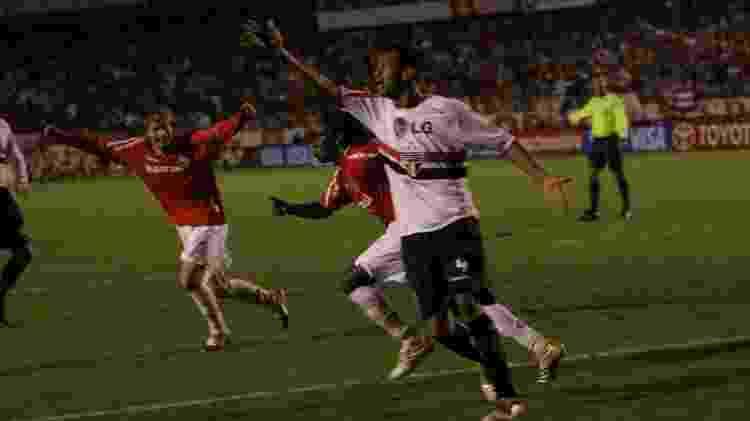 Tinga corre para comemorar o segundo gol do Inter sobre o São Paulo na final da Libertadores de 2006 - Chico Sisto / Internacional - Chico Sisto / Internacional