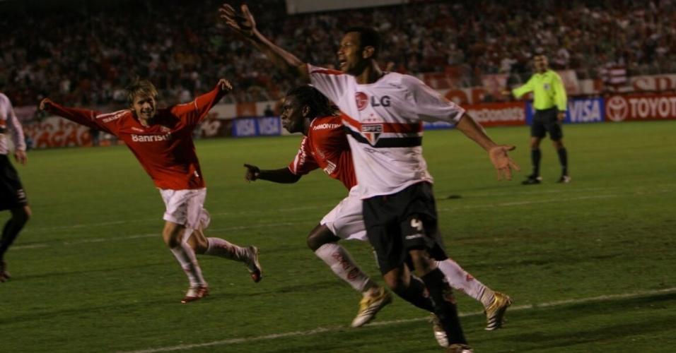 Tinga corre para comemorar o segundo gol do Inter sobre o São Paulo na final da Libertadores de 2006