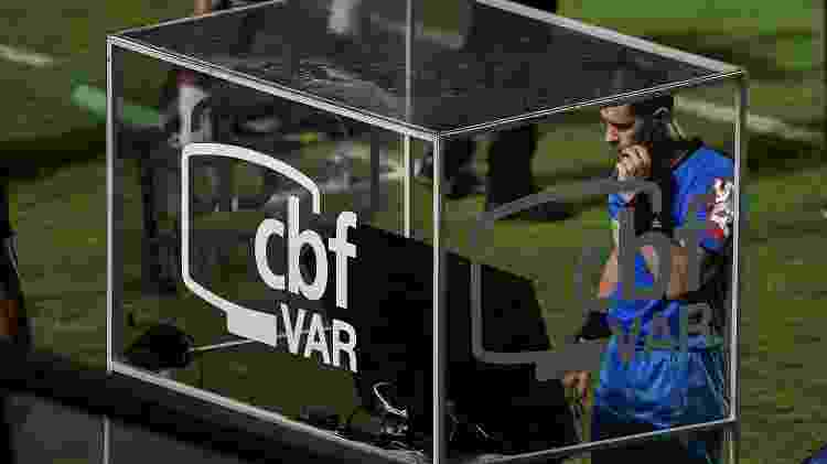 Árbitro Alisson Sidnei Furtado faz consulta ao VAR durante partida entre Vasco e Brasil de Pelotas, em São Januário, pela Série B do Brasileiro - Thiago Ribeiro/AGIF - Thiago Ribeiro/AGIF