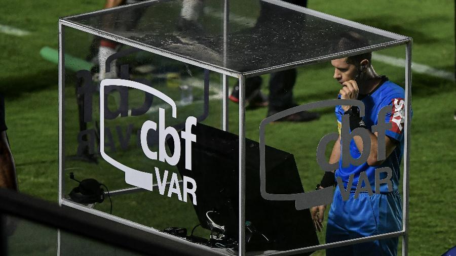 Árbitro Alisson Sidnei Furtado faz consulta ao VAR durante partida entre Vasco e Brasil de Pelotas, em São Januário, pela Série B do Brasileiro - Thiago Ribeiro/AGIF