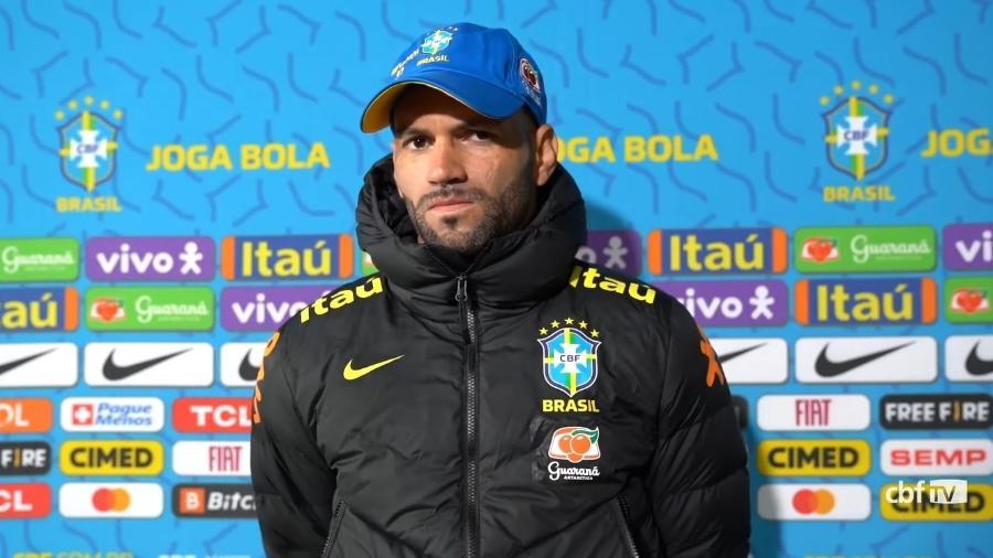 Goleiro Weverton fala na zona mista da seleção brasileira em Santiago - Reprodução