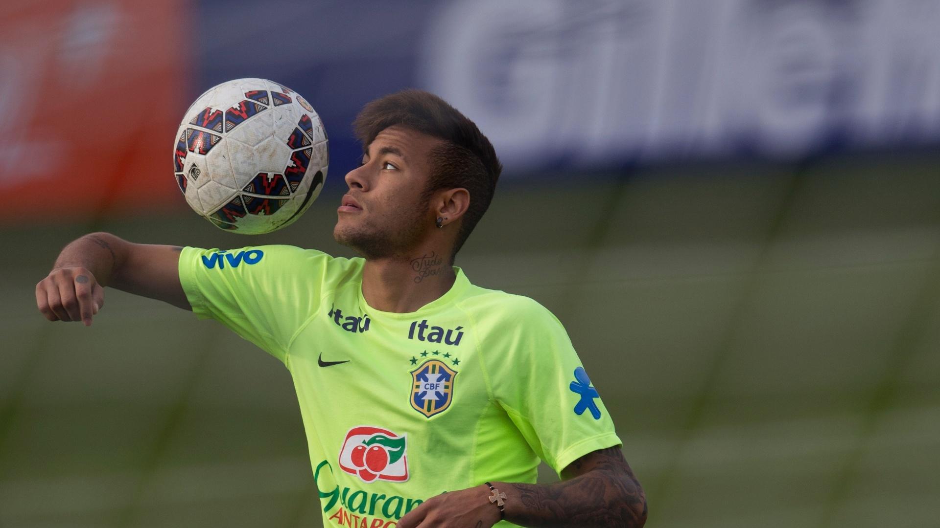 Neymar brinca com a bola em treino do Brasil