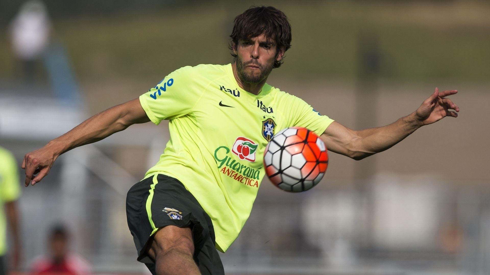 Kaká faz jogada no treinamento da seleção brasileira desta quarta