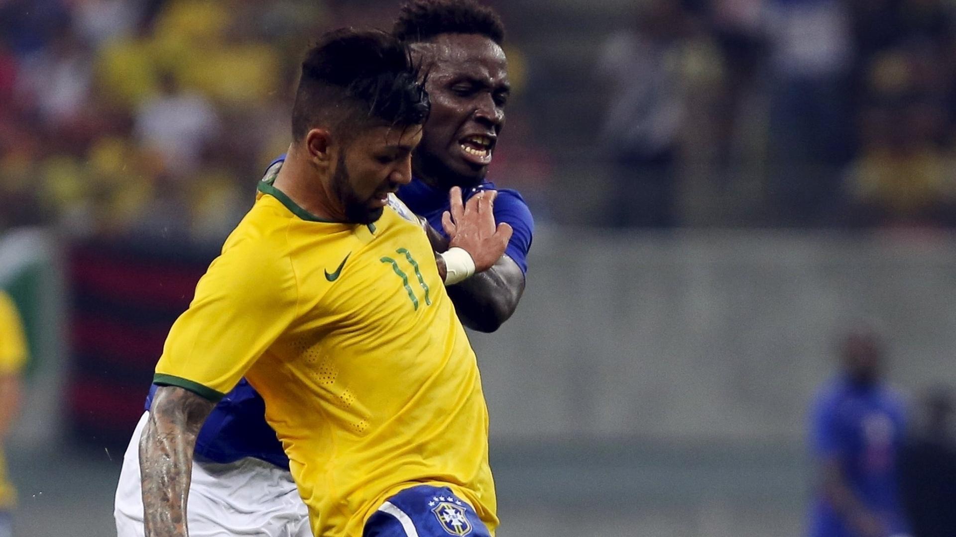 Gabriel Barbosa, o Gabigol, atacante do Santos, enfrenta Jean Andrew, do Haiti. No jogo, o jovem do clube da Vila anotou dois gols, um de pênalti