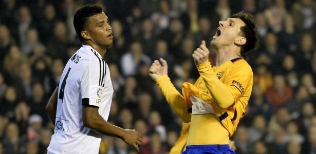 Aderlan, em ação pelo Valencia, observa Messi no Campeonato Espanhol