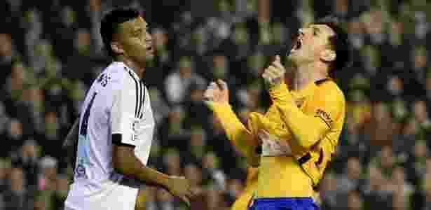 Aderlan, em ação pelo Valencia, observa Messi no Campeonato Espanhol - AFP PHOTO / JOSE JORDAN